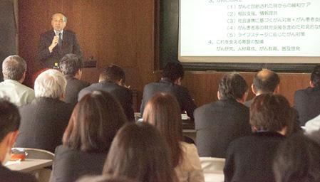 国・宮城県のがん対策と県立がんセンターの取り組みについての講演の様子