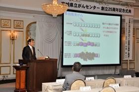 講演する中釜 斉先生の写真