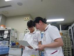 新人看護師と先輩看護師の写真