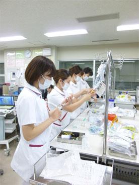 輸液投与の準備をする看護師の写真