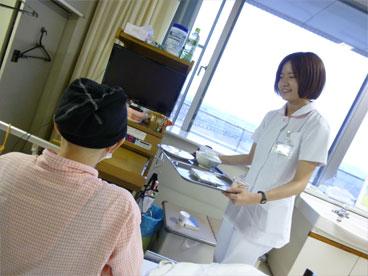 食事の配膳を行う看護師の写真