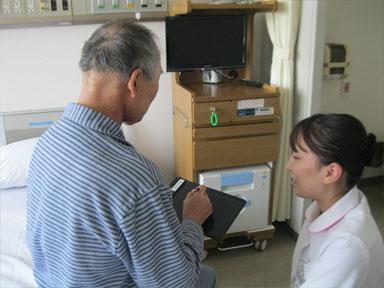 看護師が患者さんとコミュニケーションを取っている写真